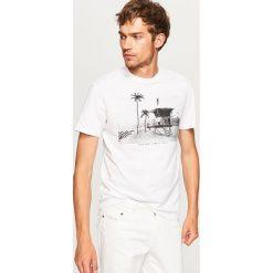 T-shirt z nadrukiem - Biały. Białe t-shirty męskie z nadrukiem marki Reserved, l. W wyprzedaży za 24,99 zł.