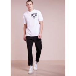 McQ Alexander McQueen DROPPED SHOULDER TEE Tshirt z nadrukiem optic white. Białe koszulki polo marki McQ Alexander McQueen, m, z nadrukiem, z bawełny. W wyprzedaży za 341,40 zł.