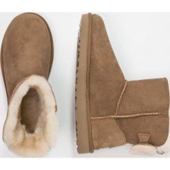 UGG ARIELLE Botki chestnut. Brązowe buty zimowe damskie marki Ugg, z materiału. Za 859,00 zł.