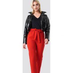 NA-KD Spodnie z wiązaniem - Red. Czerwone spodnie z wysokim stanem NA-KD, w paski, z poliesteru. Za 121,95 zł.