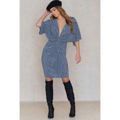 NA-KD Plisowana sukienka z ozdobnym wiązaniem z przodu - Blue. Niebieskie sukienki mini NA-KD, z poliesteru, z krótkim rękawem. W wyprzedaży za 40,19 zł.