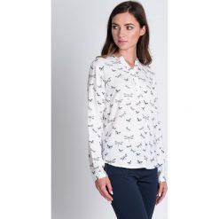 Bluzki damskie: Biała bluzka w ważki QUIOSQUE