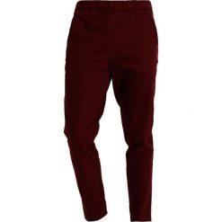 Chinosy męskie: Legends HERMOSA Spodnie materiałowe burgundy