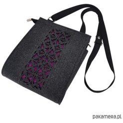 Torebka filcowa - grafitowa - fioletowy ażur. Fioletowe torebki klasyczne damskie marki Pakamera, w ażurowe wzory, małe. Za 95,00 zł.