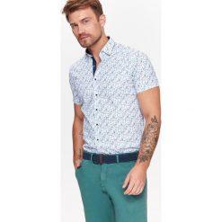 KOSZULA KRÓTKI RĘKAW MĘSKA. Brązowe koszule męskie marki QUECHUA, m, z elastanu, z krótkim rękawem. Za 44,99 zł.
