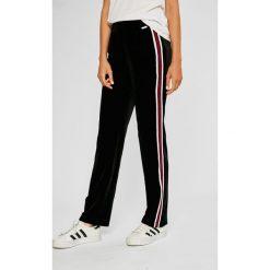Guess Jeans - Spodnie Rina. Szare jeansy damskie marki Guess Jeans, na co dzień, l, z aplikacjami, z bawełny, casualowe, z okrągłym kołnierzem, mini, dopasowane. Za 369,90 zł.