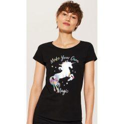 T-shirt z holograficznym nadrukiem - Czarny. Czarne t-shirty damskie marki House, l, z nadrukiem. W wyprzedaży za 15,99 zł.