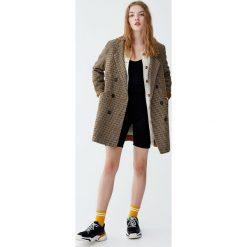 Dwurzędowy płaszcz z flauszu z guzikami. Brązowe płaszcze damskie marki Pull&Bear. Za 249,00 zł.