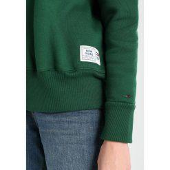 Tommy Jeans COLLEGIATE Bluza eden. Zielone bluzy męskie Tommy Jeans, xs, z bawełny. Za 399,00 zł.