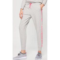 Spodnie dresowe damskie: Spodnie dresowe athleisure – Szary