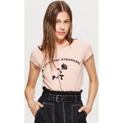 Koszulka z napisem - Różowy. Czerwone t-shirty damskie marki Cropp, l, z napisami. Za 19,99 zł.