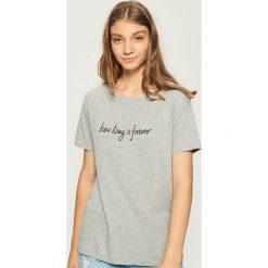 T-shirt z napisem - Jasny szar. Czerwone t-shirty damskie marki House, l, z napisami. W wyprzedaży za 14,99 zł.