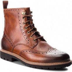 Kozaki CLARKS - Batcombe Lord 261271907  Dark Tan Leather. Brązowe glany męskie marki Clarks, z materiału. W wyprzedaży za 439,00 zł.