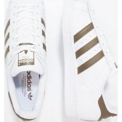 Adidas Originals SUPERSTAR Tenisówki i Trampki footwear white/trace olive. Białe tenisówki męskie adidas Originals, z materiału. W wyprzedaży za 319,20 zł.