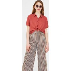 Koszula basic z krótkim rękawem. Szare koszule męskie marki Pull & Bear, okrągłe. Za 39,90 zł.