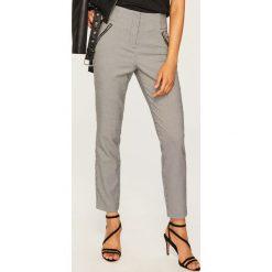 Spodnie z wysokim stanem - Wielobarwn. Białe spodnie z wysokim stanem marki Reserved, l, z dzianiny. Za 99,99 zł.