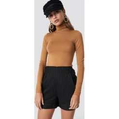 NA-KD Classic Szorty w prążki - Black. Czarne szorty damskie NA-KD Classic, w prążki, z podwyższonym stanem. Za 121,95 zł.