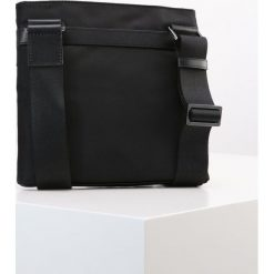 Michael Kors FLAT CROSSBODY Torba na ramię black. Czarne torby na ramię męskie marki Michael Kors. W wyprzedaży za 431,20 zł.