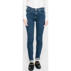 Wrangler - Jeansy Blue Noise. Szare jeansy damskie marki Wrangler, na co dzień, m, z nadrukiem, casualowe, z okrągłym kołnierzem, mini, proste. W wyprzedaży za 229,90 zł.