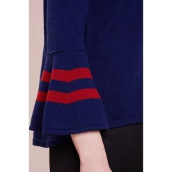 Swetry klasyczne damskie: FTC Cashmere Sweter dark blue / stripes dark red