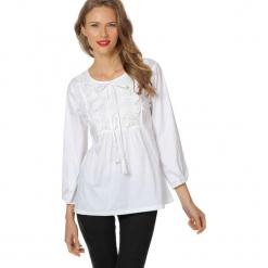 Bluzka w kolorze białym. Białe bluzki damskie Almatrichi, z okrągłym kołnierzem. W wyprzedaży za 119,95 zł.