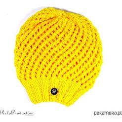 Czapki damskie: żółta czapka ażurowa na drutach