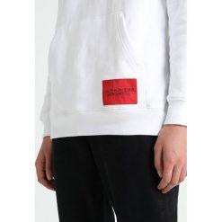 Calvin Klein Jeans HOODIE Bluza z kapturem bright white/black. Białe bluzy z kapturem damskie Calvin Klein Jeans, xl, z bawełny. Za 509,00 zł.