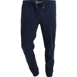 Tommy Jeans RELAX DOBBY Spodnie materiałowe black iris. Niebieskie jeansy męskie marki Tommy Jeans. W wyprzedaży za 359,20 zł.