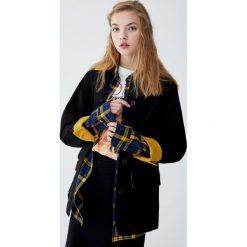 Czarna kurtka worker ze sztruksowym kołnierzem. Czarne kurtki damskie marki Pull&Bear, ze sztruksu. Za 199,00 zł.