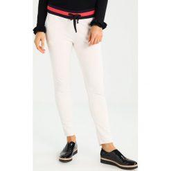Juvia Spodnie treningowe off white. Białe spodnie dresowe damskie Juvia, l, z bawełny. W wyprzedaży za 377,30 zł.