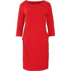 Sukienki: Czerwona Sukienka In The Present