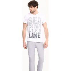 T-SHIRT KRÓTKI RĘKAW MĘSKI Z NADRUKIEM. Białe t-shirty męskie z nadrukiem marki Mustang, m, z bawełny. Za 39,99 zł.