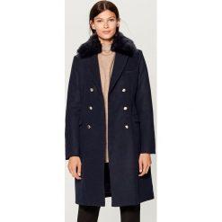 Płaszcz z odpinanym kołnierzem - Granatowy. Czerwone płaszcze damskie marki Mohito, z bawełny. Za 269,99 zł.