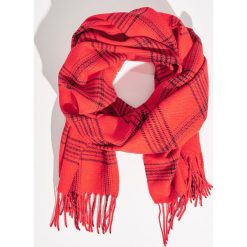 Kraciasty szalik z frędzlami - Czerwony. Czerwone szaliki damskie marki Sinsay. W wyprzedaży za 19,99 zł.