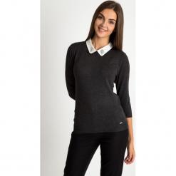 Grafitowy sweter z białym ozdobnym kołnierzykiem QUIOSQUE. Białe swetry rozpinane damskie QUIOSQUE, uniwersalny, z jeansu. W wyprzedaży za 79,99 zł.