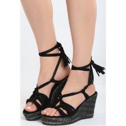 Czarne Sandały Tangelo. Czarne sandały damskie marki Born2be, z materiału, na koturnie. Za 99,99 zł.