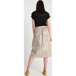 Gestuz PAGE SKIRT Spódnica trapezowa gold. Żółte spódniczki trapezowe Gestuz, z jedwabiu. W wyprzedaży za 524,30 zł.