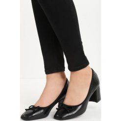 Czarne Czółenka Mikham. Czarne buty ślubne damskie marki Born2be, ze skóry, na niskim obcasie, na słupku. Za 59,99 zł.