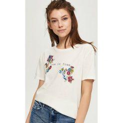 T-shirt z kwiatowym motywem - Kremowy. Białe t-shirty damskie Sinsay, l. Za 24,99 zł.