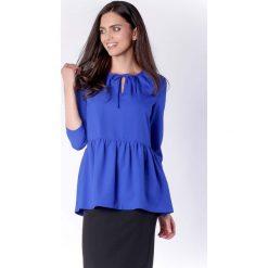 Zwiewna Kobaltowa Bluzka z Falbanką Wiązana przy Dekolcie. Niebieskie bluzki asymetryczne Molly.pl, l, biznesowe, z falbankami, z długim rękawem. Za 149,90 zł.