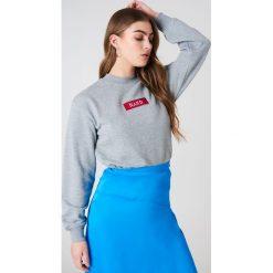 NA-KD Bluza z logo NA-KD - Grey. Szare długie bluzy damskie marki NA-KD, z długim rękawem. W wyprzedaży za 79,10 zł.