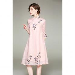 Sukienka w kolorze różowym. Czerwone sukienki marki Zeraco, ze stójką, midi. W wyprzedaży za 379,95 zł.