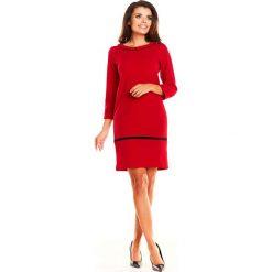 Czerwona Prosta Wizytowa Sukienka z Kołnierzykiem BeBe. Czerwone sukienki koktajlowe marki Molly.pl, l, z jeansu, z dekoltem na plecach, z długim rękawem. Za 138,90 zł.