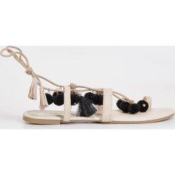 Sandały z pomponami - Kremowy. Białe sandały damskie marki Sinsay. Za 59,99 zł.