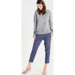 Swetry klasyczne damskie: And Less PANASOFFKEE Sweter grey melange