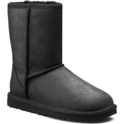 Buty UGG - W Classic Short Leather 1005093 Blk. Szare buty zimowe damskie marki Ugg, z materiału, z okrągłym noskiem. W wyprzedaży za 669,00 zł.