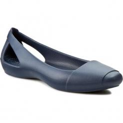 Baleriny CROCS - Sienna Flat W 202811 Navy. Niebieskie baleriny damskie lakierowane Crocs, z tworzywa sztucznego. W wyprzedaży za 119,00 zł.
