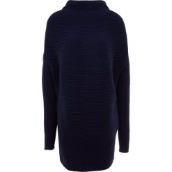 DESIGNERS REMIX RIBLY DRAPE Sweter navy. Białe swetry klasyczne damskie marki DESIGNERS REMIX, z elastanu, polo. Za 969,00 zł.