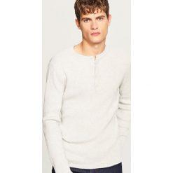 Sweter zapinany na dekolcie - Kremowy. Czarne swetry rozpinane męskie marki Reserved, l, z kapturem. W wyprzedaży za 49,99 zł.