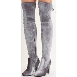 Szare Kozaki Chakki. Szare buty zimowe damskie Born2be, z weluru, z okrągłym noskiem, za kolano, na wysokim obcasie, na słupku. Za 59,99 zł.